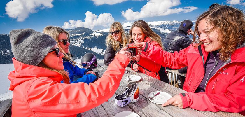 La clusaz - friends toasting